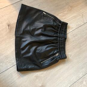 Bytter ikke og prisen er fast Gode ende af gmb Talje når elastikken ikke er strukket ud:27cm*2 Længde:33,5cm Nederdel