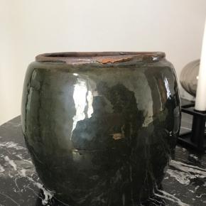 Blankt glaseret terracotta krukke i flot mørkegrøn farve Højde 17cm Diameter 22/15,5cm