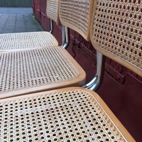 25 Marcel Breuer stole i krom og flet. Stolene fremstår med enkelte brud på flet eller træ(derfor prisen), og patinerede brugsspor i form af farverne på flet og træ. Stolene varierer i farverne. Prisen er per stk.  Befinder sig på Frederiksberg.  Cesca, bauhaus, frisvinger, thonet, fransk