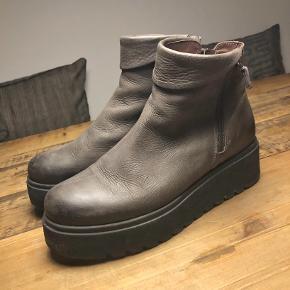 Fine, gråbrune, støvler. Brugt 5 gange... så fine som nye.