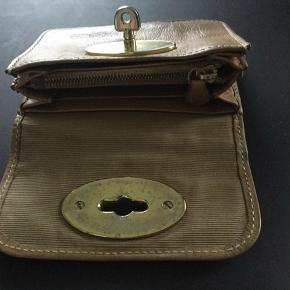 Fin, lille pung fra Mulberry. Den har almindelig patina på kanter, men ellers i fin stand. Har haft den i en del år, så kvittering er bortkommet.