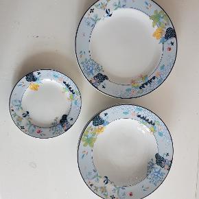 Helt nye tallerkener fra Blue Garden kgl. Thailand 2 flade 25 cm,2 dybe 23 cm og 2 mindre 16 cm,sælges for 50 kr pr stk