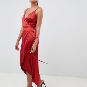 Kjolen har justerbare stropper og kan derfor både passes af en str. 36 og str. 38 Mp: angivede pris pp