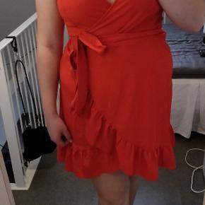 Fin kjole i stof med stræk. Brugt en gang. Køber betaler fragt