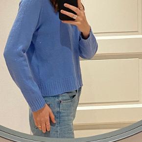 Blå sweater fra H&M Brugt nogle gang og der er ingen tegn på slid I er velkommen til at byde