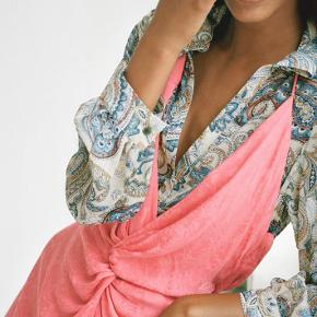 Smuk & festlig kjole fra Zara🌙🌺✨ skriv pb for flere billeder🌿