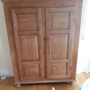 Gammelt køkkenskab med 3 hylder. God og rummelig. Fyrtræ. Mål: h. 165 b. 118 dybde. 44 cm.