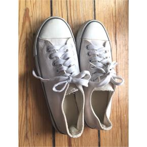 Hvide sneakers, str. 39 (lidt lille i størrelsen) Ligner Converse.  Sender gerne med DAO :)