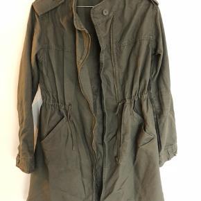Super fed mørkegrøn parka/jakke fra Monki. Fed til forår og sommer. I rigtig god stand.  #30dayssellout