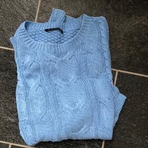 Super fed blå sweater en oversize s så vil nok mere sige det er en m  Byd