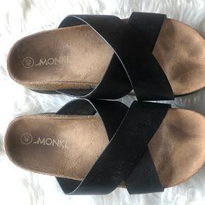 Lækker Monki sandal med plateau-bund.