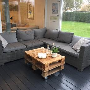 Lounge sofa sæt fra idé møbler, ikke brugt meget. Har altid stået inde i udestue, så fejler intet. Der kan komme budrunde på hvis der er mange interesseret. Forbeholder mig retten til ikke ar sælge hvis jeg ikke er tilfreds med prisen.