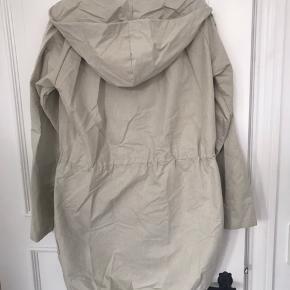 Fin overgangsjakke fra modstrøm. Har været brugt en del, men er velholdt og i meget fin stand. Nypris ca. 1000 kr. Sælges billigt.