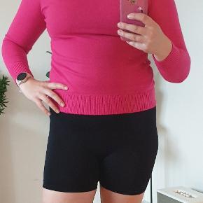 Jeg er ca. en størrelse M og 165 cm høj. Super lækker sweater i kashmir. Der er desværre hverken mærke eller præcis størrelse da mærker er klippet ud. Aldrig brugt da den er for lille til mig
