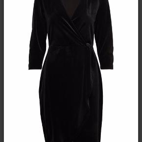 Super smuk kjole med v udskæring og åbning med benene, kun brugt en enkelt gang og derfor næste helt ny(: