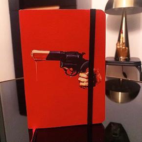 Vintage / Retro kalender.    Lille rød kalender med pistol på.  Den er unik og har sin egen personligetræk og skiller sig ud af alle de kedelige kalendere Kan dog også bruges til pynt på bordet, Mp 250 + gebyr og Porto