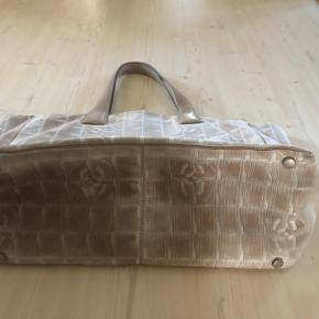 Fin Channel taske i lys silke stof med læder stropper.  Mål: 27 x 47 cm.