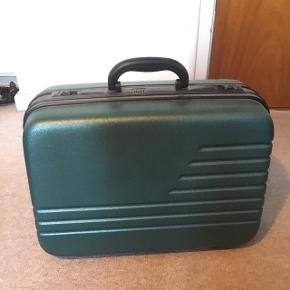 Lille mørkegrøn kuffert med klik lås.