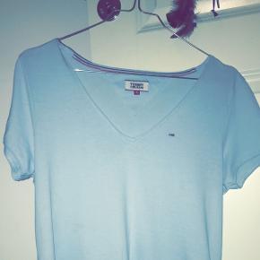 En flot og skøn lyseblå Tommy t-shirt. T-shirten er v halset...!  Jeg har brugt 2 gange, den har ikke rigtig været min stil dvs, for den er jo supper køn.   NP 270 kr.  MP 180 kr.
