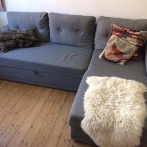 b: 151, l: 225, h: 87  To møbler i ét.  Stilren grå sovesofa med chaiselong - og opbevaringsrum herunder.  Sofaen er fra Idémøbler, fire år gammel og generelt i god stand.  Sofaen har en mindre ikke-iøjenfaldende syning i betrækket af cirka en halv centimeters bredde.  Originalpris: 3800,-