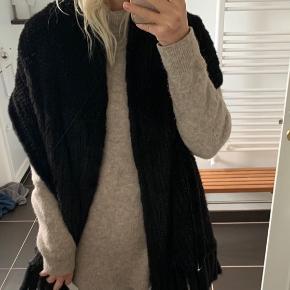 Smukkeste tørklæde/sjal i sort, strikket mink.  Tørklædet er købt hos Stampe pels, som kun benytter dansk opdrættede mink, købt hos Kopenhagen Fur.  Nypris: 4.999kr.  Bud er også velkomne
