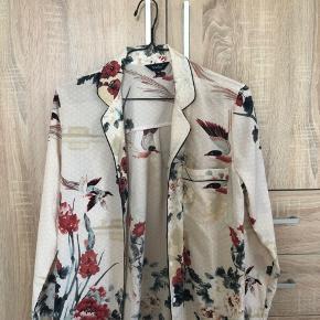 Fin skjorte med blomster- og fugleprint fra mærket Vadim. Den er i en str. m, men kan fitter sagtens en str. small også.  200 kr., eller kom med et bud!
