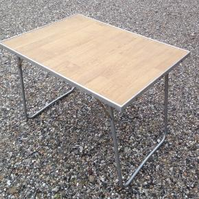 Camping/have/altan bord i fin stand.  H 65 cm 80 x 60 cm.