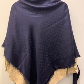 Stort fantastisk flot tørklæde fra Gucci. Det er nyt og har hængt over min frakke siden jeg købte det i sommer. Jeg synes det er meget smukt og flot, men jeg synes det er for stort til mig. Dog sælger jeg kun hvis rette pris opnåes.  Tørklædet måler 140x140 cm, og er i uld og silke.  Tørklædet er købt på Strøget i Kbh. Kan ikke finde bonnen, men har æske og pose.