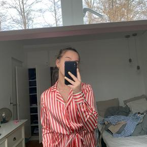Fineste skjorte. Str s. Har et binde bånd, men fungere igså fint uden. BYD:)    Zara, Ganni, H&M, Nike, & otherstories, Zadig og Voltaire, Balenciaga, Mango