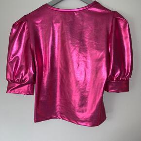 H&M lyserød skinnende top med pufærmer - brugt 1 gang og vasket en enkelt True-to-size Lidt for lille til mig, som også normalt er en 38 og har F-skål - tror den egner sig bedre hvis du har en mindre barm end jeg Byd gerne❤️
