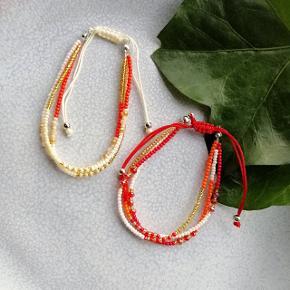 Justerbare perlearmbånd med 3 rækker i hver. Hvid eller rød. 1 stk. 30 kr.  2 stk. 50 kr. Plus porto. Porto er 10 kr med postnord. Porto er 33 kr med DAO.  Armbånd smykker perlearmbånd perle perler smykke