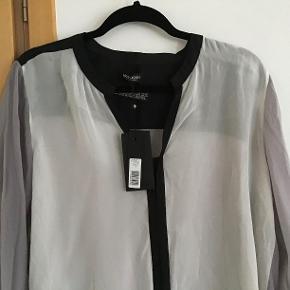 Ny Mos Mosh skjorte. Måler fra ærmegab til ærmegab 59 cm. Længden ca 75 cm. 100 % viscose.