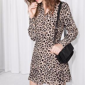 Leopardmønstret fin tætsiddende kjole. Brugt få gange, fremstår som ny.