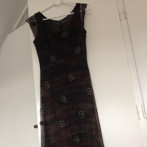 Smuk håndsyet lang gallakjole - 3000kr fra ny str 36 - til person på ca 1.60 cm