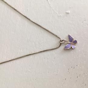 Lilla fin blomsterhalskæde købt i en lille vintage-shop i Tokyo.   Kæden er ca. 36 cm i længde.   Sælges asap, da jeg er ved at lave en late spring cleaning i mine smykker 😆🐥🌈  Befinder sig i Århus C 😎