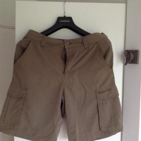 Varetype: Herrer Størrelse: 30 Farve: Armygrøn Oprindelig købspris: 649 kr. Prisen angivet er inklusiv forsendelse.  Meget behagelige shorts og superfede