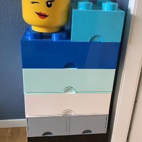 2 store kasser med skuffer (sort og grå) 3 store kasser (hvid, lyseblå og mørkeblå) 1 lille kasse (tyrkis) 1 hoved