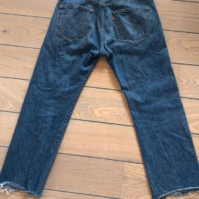 Fede Levis bukser i str 32/32, men de er klippet i bunden, så de svarer nok til en str 29/28 i længden.  150kr + fragt Jeg tager også imod bud