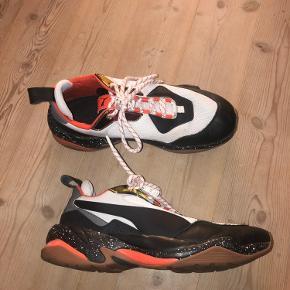 Ikke brugt særlig meget, men har en lille plet på det hvide stof på venstre sko.  Bruger selv normalt 40,5 i sko, men 41 passer perfekt i disse sko