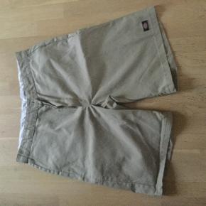 Fem par shorts fra Dickies sælges. 50 kr pr par.