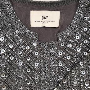 Varetype: Cardigan Farve: Mørkegrå  Virkelig flot cardigan fra Day - oversået med perler og palietter. Super fin til fest, men også cool til et par slidte jeans og sneakers. Fremstår som ny.