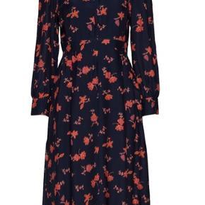 Smuk lang kjole med lynlås i siden. Aldrig brugt Passer en str 40/42 Ny pris 1800kr