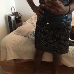 """Sælger denne super fine nederdel. Kan ikke huske hvor den er fra, da jeg dsv har klippet mærket ud..😅  Lynlåsen er gået i stykker, men det er ikke noget man lægger mærke til når man har den på. Selve låsen sidder stadigvæk på, den er bare gået af """"sporet"""" hvis man kan sige det sådan."""