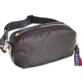 Flot taske fra Tommy Hilfiger. Modellen hedder 'Kensington Quilted Convertible Nylon Belt Bag'. Aldrig brugt. Materialet er sort nylon. Kan både bruges som crossbody-taske og bæltetaske (se billedet). Mp 450kr.