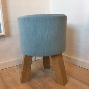 Bent Hansen stool i lys blå. Kan bruges som puf, stol, taburet, sengebord mm. Mål kan sendes - nypris 2000 sælges billigt