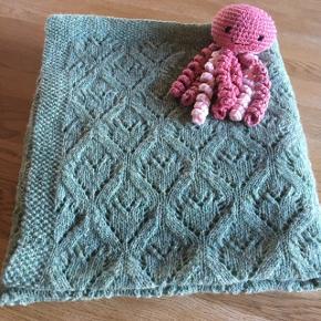 Nyt hjemmelavet Babytæppe med hjertemønster. Strikket i SuperSoft merinouldgarn, der tåler maskinvask.Måler 90x90 cm. Lækker grøn farve👍💚