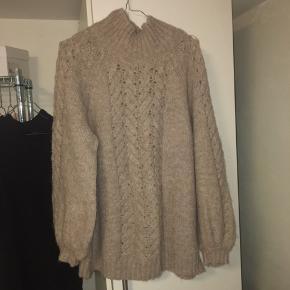 Lækker sweater fra Moss Copenhagen. Trøjen er brugt maks 3 gange og fremstår i rigtig fin stand.   Materiale:  30% uld, 30%akryl, 28% nylon, 10% alpaka uld og 2% spandex:)