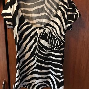 Smuk t shirt med zebra print Købt second hans, så usikkert om den er ægte, deraf prisen.