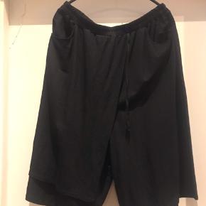 Smarte shorts med meget vidde i .  Kun brugt et par gange , så de er som nye .  Der er lommer i .  Str M ( 46-48 )  Ny pris 600 kr