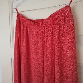 Fin vintage nederdel med små prikker og slå om effekt